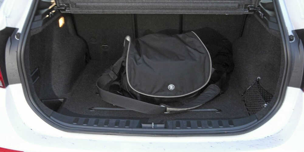 FOR FIRE: BMW X1 er en typisk fire-personers bil både i baksete- og bagasjeplass. Bagasjeromsvolum på 420-1350 liter er mindre enn en typisk familiestasjonsvogn.