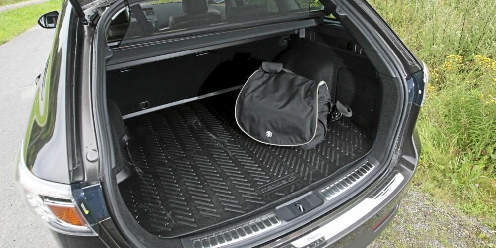 STORT NOK: Bagasjerommet er kanskje ikke størst i klassen, men god lengde gjør at en likevel får plass til feriebagasjen. Som sannsynligvis er mer enn ei veske...