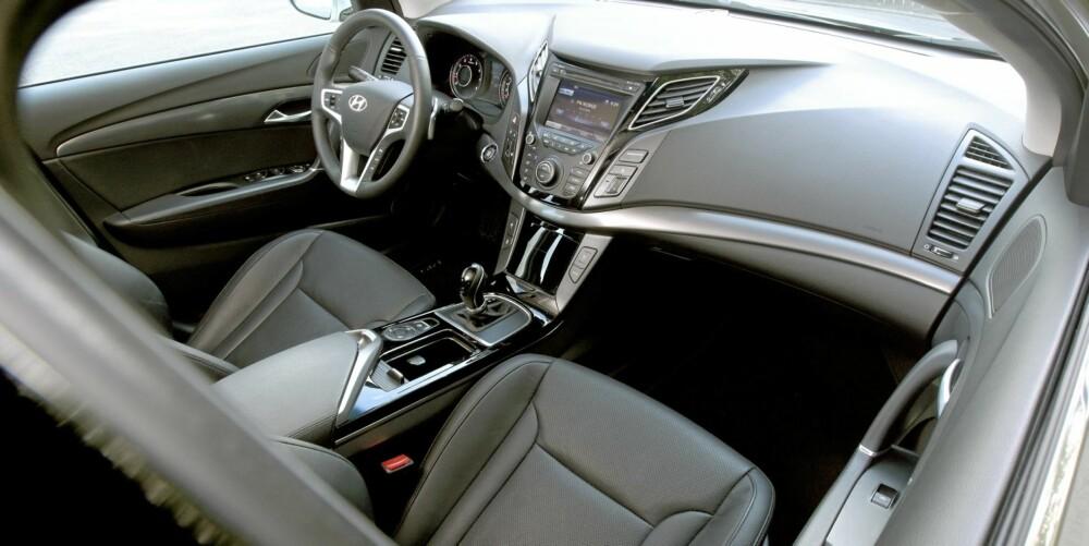 FORSEGGJORT: Interiøret i en Hyundai i40 av Premium-utgave står ikke tilbake for de beste konkurrentene. Dessuten er den svært velutstyrt. FOTO: Egil Nordlien, HM Foto