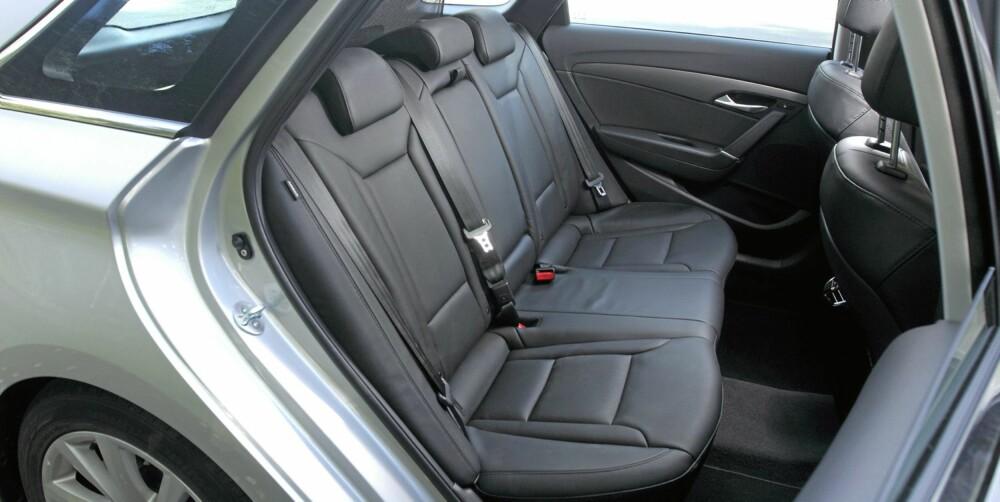 ROMMELIG: I baksetet har Hyundai i40 bedre beinplass enn for eksempel en VW Passat. Vi har fått plass til tre barneseter, noe du ikke nødvendigvis gjør i alle biler i denne størrelsesklassen. FOTO: Egil Nordlien, HM Foto