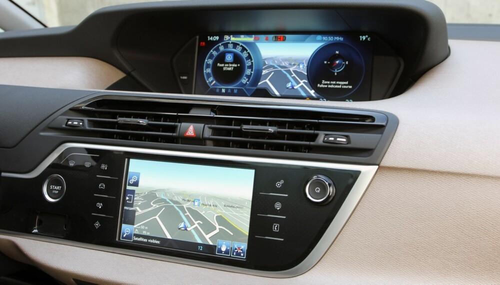 SOM S-KLASSE: Citroën C4 Picasso har utstyr som finnes i luksusbiler. Den største skjermen på dashbordet er nesten like stor som den største skjermen i nye Mercedes S-klasse. Instrumenteringen gir den et topp moderne preg. FOTO: Petter Handeland