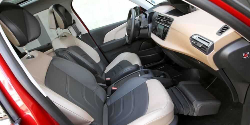 SITTER GODT: Vi finner enkelt en god sittestilling i seter med tilstrekkelig støtte. Skinnet i testbilen er imidlertid litt glatt mot enkelte typer tekstiler. Ved bykjøring gir en litt hevet sittestilling følelsen av god sikt. FOTO: Petter Handeland