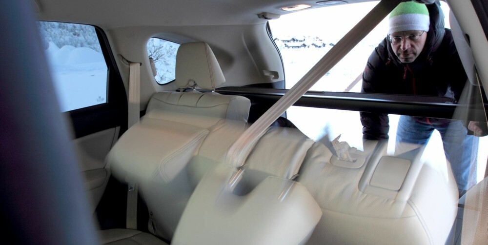 GENIALT: Det delte baksetet kan foldes sammen via hendler i bagasjerommet. Smart! FOTO: Egil Nordlien, HM Foto