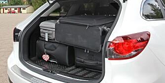 FULLT PÅ FIRE: I Mazdaen får vi akkurat plass til den fjerde kofferten. FOTO: Petter Handeland
