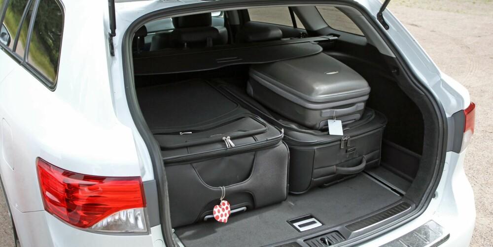 AVENSIS: I Toyota Avensis er avstanden opp til bagasjeskjuleren minst. Her er det dumt å pakke med store kofferter hvis målet er å få plass til mest mulig. FOTO: Petter Handeland