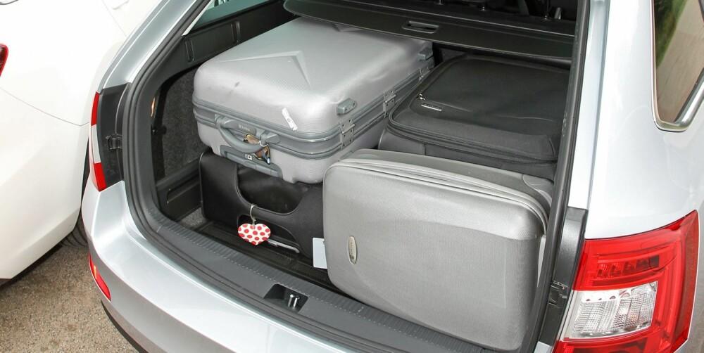 STOR APPETITT: Skoda sluker kofferter med klart størst appetitt. Årsaken er at avstanden fra gulv til bagasjeskjuler, og tak, for den del, er betydelig større enn i de to andre. FOTO: Petter Handeland