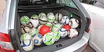 HØYDEN TELLER: Fotballene viser det målebåndet forteller: Det er ikke i areal, men i høyden Skoda Octavia er en bagasjevinner.