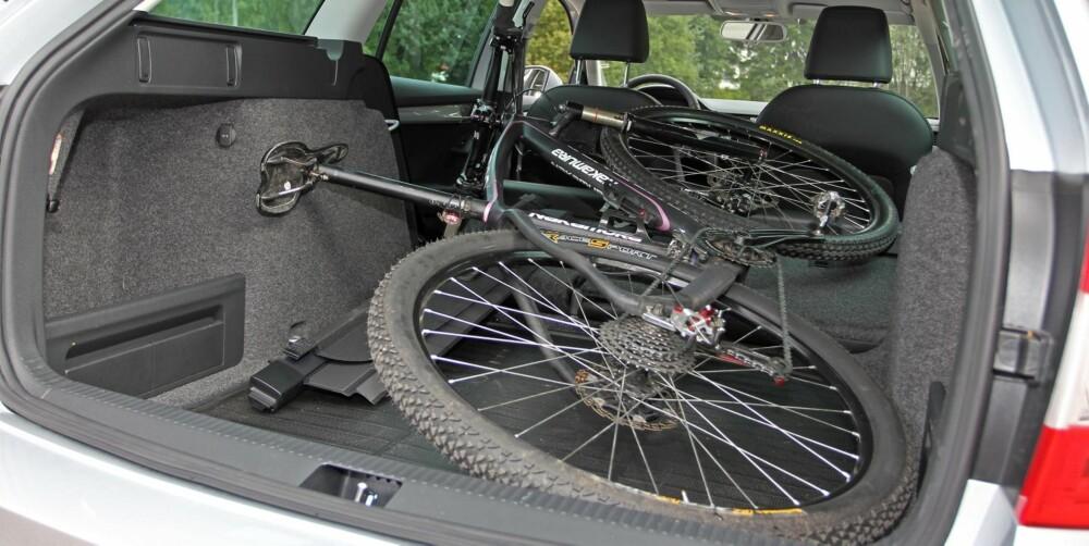 PLASS I ALLE: Sykkelen får plass, med et sted mellom minimal og knøttliten margin, i alle tre testbiler. Skoda Octavia har størst lukeåpning, det er fint når uhåndterlige gjenstander skal inn. FOTO: Petter Handeland