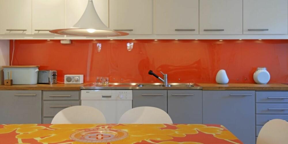 Orange glass: Her er det glass med orange farge som får sprite opp kjøkkenet.