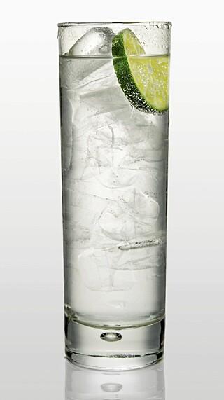 HØYE GLASS: Med gin, tonic, is og lime.