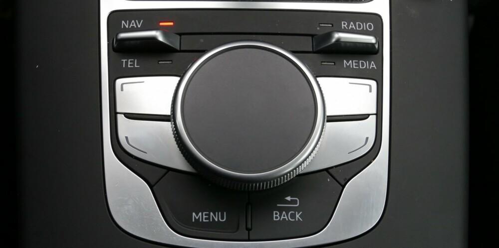 PÅ HJUL: Nesten all betjening gjøres via et svært enkelt knappe- og dreiehjulsystem i midtkonsollen. FOTO: Terje Bjørnsen
