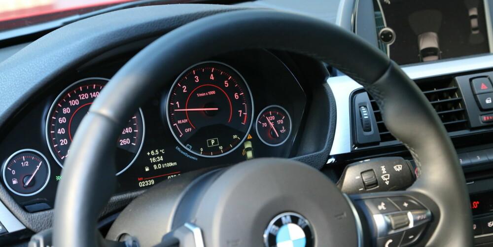 SAMME VARE: Det er ingen grunn til å føle seg hensatt til billigavdelingen i BMW 316i. Her er det samme fine førermiljø som i dyrere modeller.