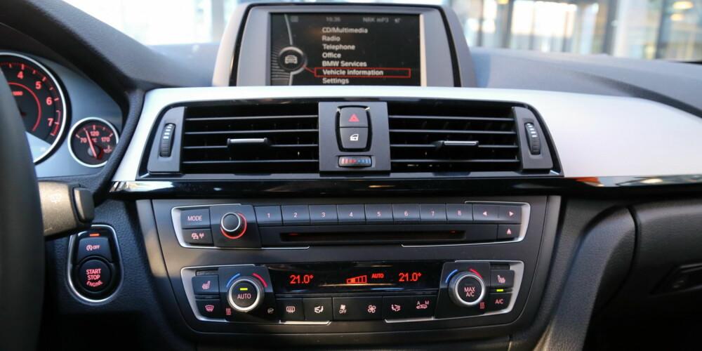 KOMBINERER: BMW 3-serie har en kombinasjon av knappebasert og skjermstyrt betjening. Vår bil hadde standardskjerm uten navigasjon, noe som fungerer helt fint.