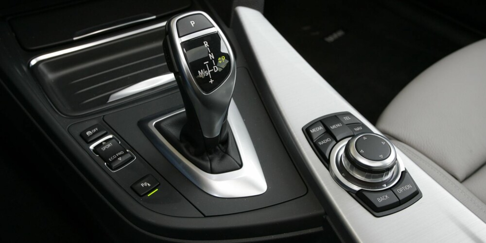 KOMFORTABELT: Automatkassen har åtte trinn, og under normal kjøring merker du fint lite til girskiftene. BMW oppgir at forbruket er lavere med automatgir enn med manuell kasse. FOTO: Petter Handeland