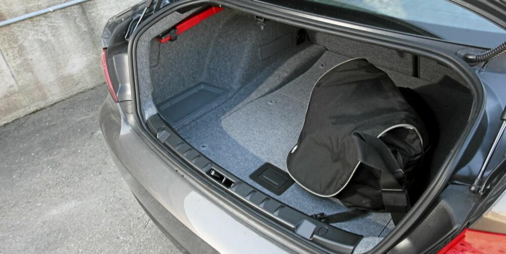 NOK: 440 liter er helt greit i en bil best egnet for to. Lukeåpningen er liten.