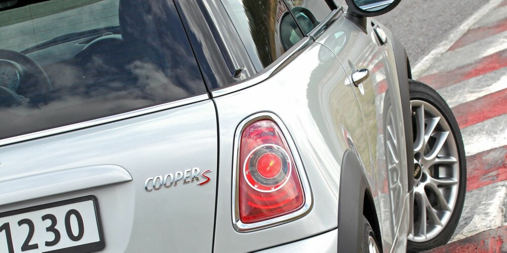 GJENNOMFØRT: Mini Cooper S skal være en morobil. Praktiske egenskaper, som plass, er kraftig nedprioritert. FOTO: Petter Handeland