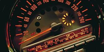 RETRO: Akkurat som den opprinnelige Mini er speedometeret plassert midt på dashbordet. Stilig, men ikke akkurat praktisk.
