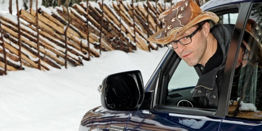 GOD UTSIKT: Man sitter høyt, ser godt og bilen er lett å manøvrere mellom kuene på parkeringsplassen.