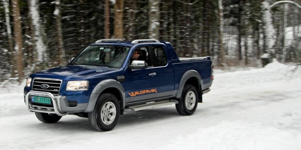 4X4 NØDVENDIG: Bakhjulsdrift på vinterføre, med tomt plan, er dømt til en tur i grøften. Med firehjulsdriften innkoblet blir det en helt annen bil.