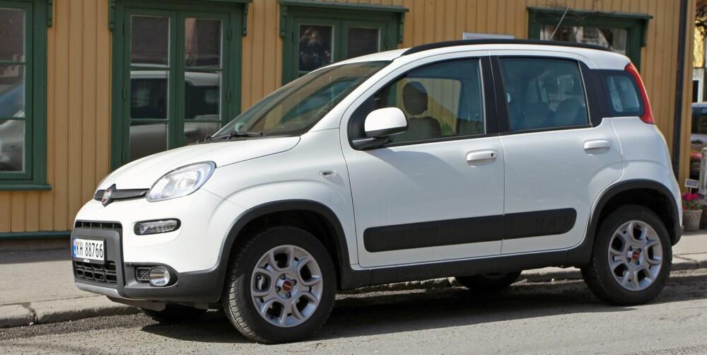 KOMFORTMANGLER: Det blir en del bevegelser på ujevnt underlag i en bil som er kort, smal og høy, og som har en rimelig bakakselløsning. Det er også en hel del støy i Fiat Panda 4x4. FOTO: Petter Handeland