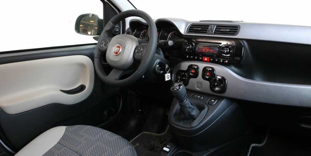 """GODT UTSTYRT: Interiørkvaliteten er som ventet i en bil til 200.000 kroner der firehjulsdrift står for en del av kostnaden: Plasten er hard og kvalitetsfølesen enkel. I """"""""All Inclusive""""""""-utgave har Fiat Panda 4x4 imidlertid en relativt omfangsrik utstyrspakke. FOTO: Petter Handeland"""