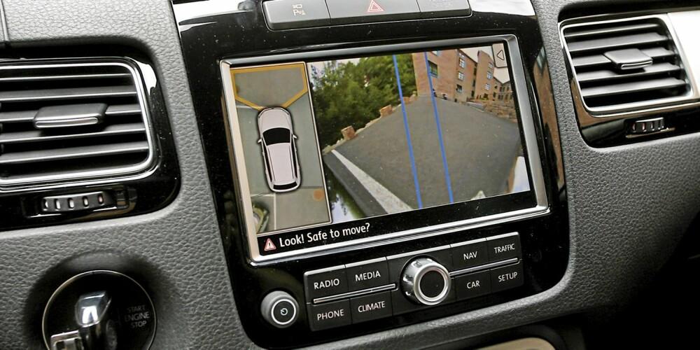 FUGLEPERSPEKTIV: Kamerasystemet gir deg god oversikt ved parkering.