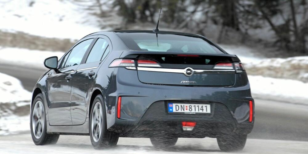 HERLIG: Ampera har mål som en kompaktbil og tyngde som en storbil. Det gir spesielle ¿ og fine ¿ kjøregenskaper. FOTO: Egil Nordlien, HM Foto