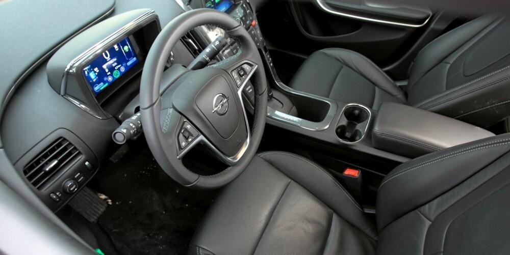 MYE UTSTYR: Opel Ampera har mye utstyr som standard. I Cosmo-versjonen finner du skinnseter, navigasjon, ryggekamera og en hel del annet. FOTO: Egil Nordlien, HM Foto