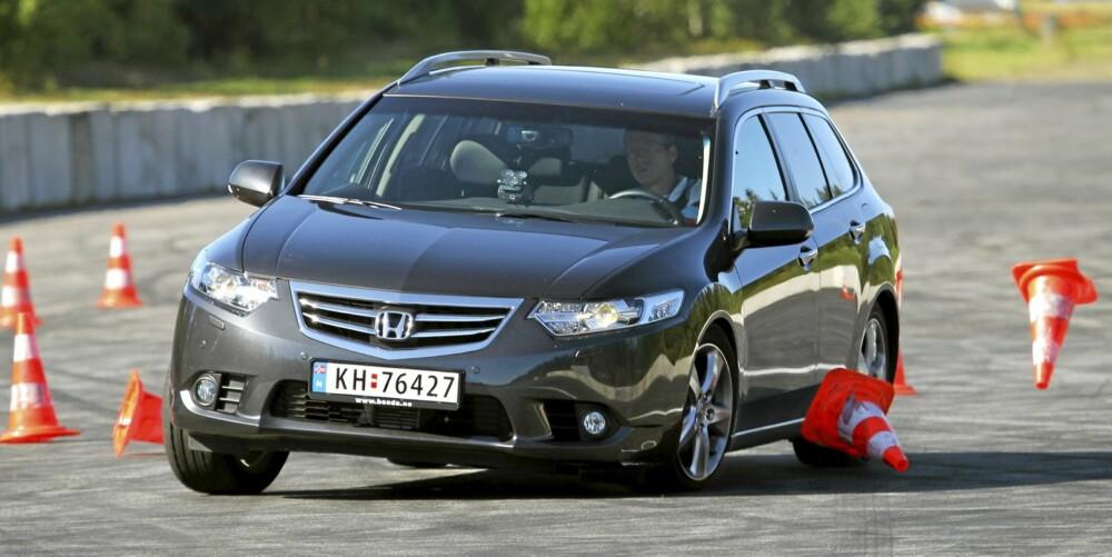 FRISKT MOT: Honda Accord er krevende å få med seg mellom kjeglene i våre unnamanøvertester. FOTO: Terje Bjørnsen