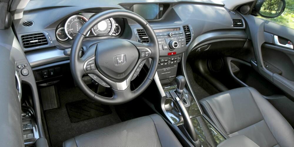 GODT UTSTYRT: Honda Accord av utstyrsserien Executive Navi har massevis av utstyr - alle knappene på rattet er et tydelig tegn på det. Ferdigpakke av det fullstappede slaget hva gjelder elektronikk. FOTO: Egil Nordlien, HM Foto