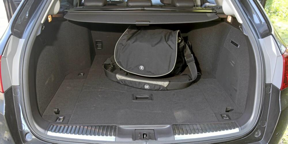 """FOR TRANGT: Store """"""""kasser"""""""" over hjulene stjeler mye plass i bagasjerommet. FOTO: Egil Nordlien, HM Foto"""