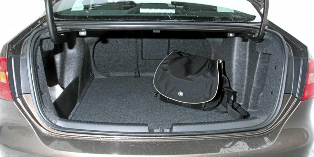 LASTEBILEN: VW Jettas bagasjerom er stort, både i oppgitt mål (510 liter) og ifølge tommestokken vår. Bagasjeromsåpningen er derimot liten. Seteryggen kan legges ned med hendler i bagasjerommet. FOTO: Egil Nordlien, HM Foto