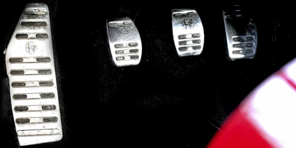 SPORTSPYNT: I utstyrsversjonen Sport til 10.000 kroner ekstra får Giulietta blant annet metallpedaler og røde sømmer i seter og ratt. FOTO: Egil Nordlien, HM Foto