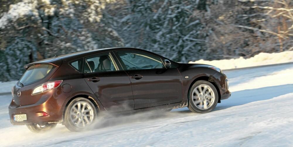 KJØRER BRA: Mazda3 byr på underholdende veiegenskaper både på sommer- og vinterføre.