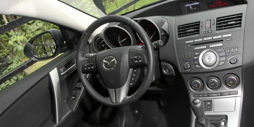 BEHAGELIG: Med unntak av noe hjulstøy, er Mazda 3 et behagelig sted å være. Ergonomien er fin, og trivselen høy.