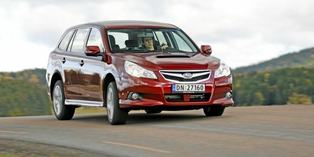 KJØRER BRA: Legacy kjører bra på asfalt, på grus er den enda bedre.