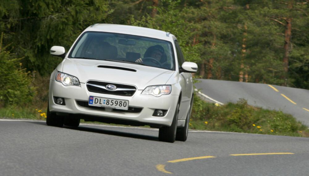 Akkurat som Subarus noe hissigere slektninger med turbo, har også dieselen fått et luftinntak på panseret, noe som både kler bilen og er funksjonelt.