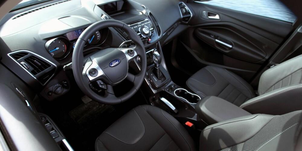 KJENT: Alle som har sett inn i en ny Ford Focus eller C-Max, vil kjenne igjen dashbordutformingen. Det er mange knapper å bli kjent med i godt utstyrte utgaver. Materialkvaliteten er over gjennomsnittlig god. FOTO: Egil Nordlien, HM Foto