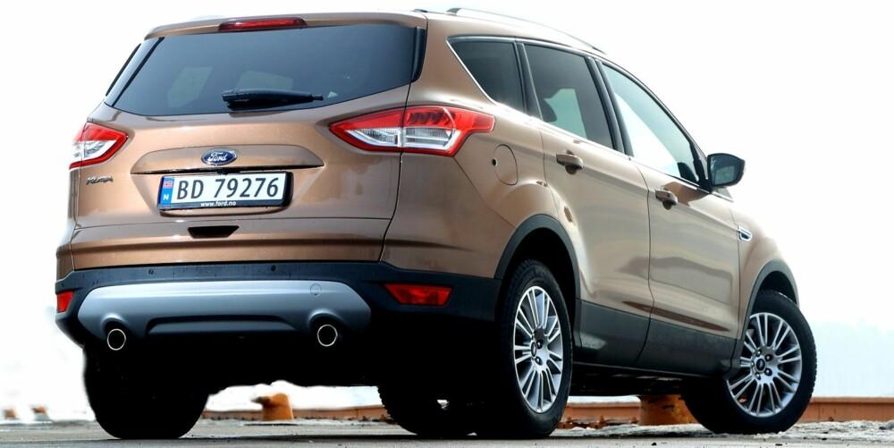ELEKTRISK LUKE: I likhet med mange andre av de nye SUV-modellene som er kommet i det siste, kan Ford Kuga fås med elektrisk bakluke (ekstrautstyr). Felles for så godt som alle disse, er at de er trege. I Kuga skal luka dessuten kunne åpnes ved at du sparker inn under bilens bakpart. Det virket bare av og til på testbilen. FOTO: Egil Nordlien, HM Foto