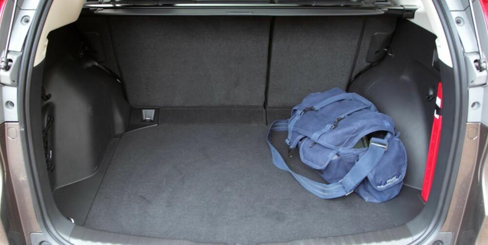 BEDRE PLASS: Det nye firehjulsdriftssystemet i Honda CR-V tar lite plass, og det gir mer volum i bagasjerommet. FOTO: Egil Nordlien, HM Foto