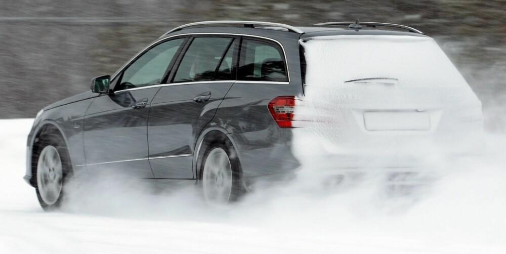 UTEN PROBLEMER: Snø, som ligger i veien, tygger E-klasse 4Matic i seg og spytter ut til siden. Bilen holder det valgte sporet så godt at du må ta i for å bringe den ut av det.