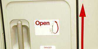 UMULIG?: Er det egentlig mulig å åpne flydøren mens flyet er i luften?
