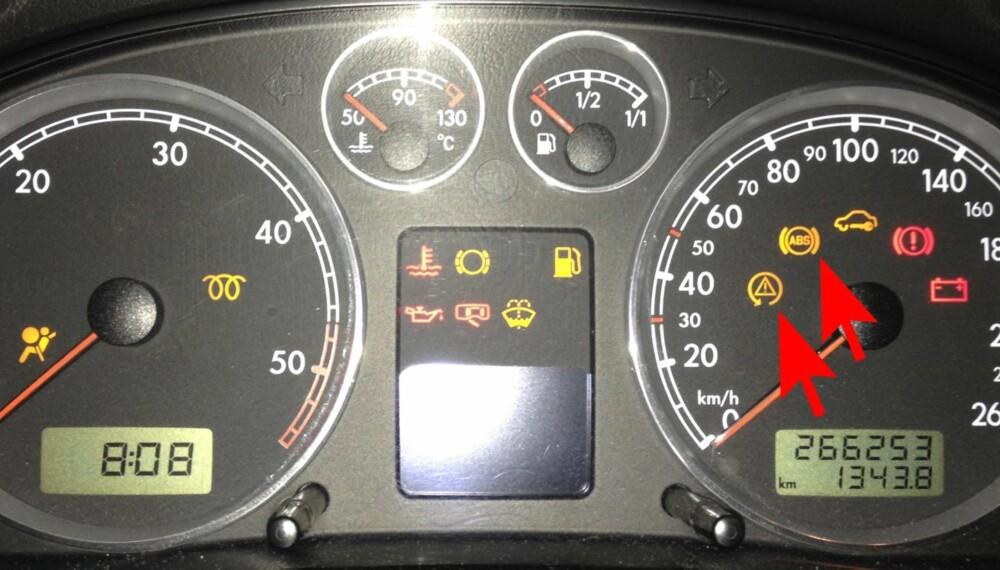 LYSER: Når disse lampene (røde piler) indikerer eller lyser før start, betyr det at bilens ESP-system med blokkeringsfrie bremser (ABS) er i funksjon for å stabilisere bilen slik at du unngår sladd. Lyser disse mens du kjører, er det fare på ferde. Her fra en 2002-modell Passat. FOTO: Terje Haugen