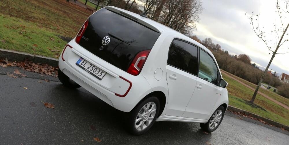 KJENNEMERKE: Signaturen på elektriske biler fra Volkswagen er de u-formede LED kjørelysene og buede reflekser bak i samme design. FOTO: Terje Bjørnsen