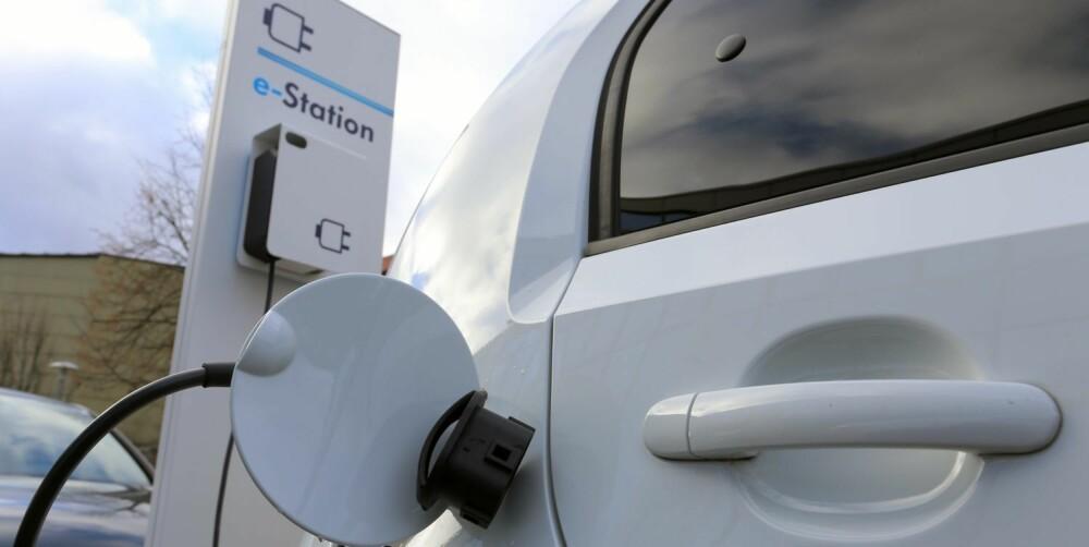 HURTIGLADER: På en hurtigladestasjon som støtter CCS kan bilen lades til 80 % kapasitet på ca. 20 minutter (temperaturavhengig, langsommere i kaldt vær). FOTO: Terje Bjørnsen