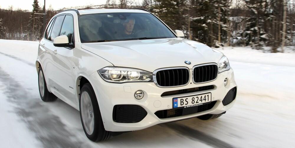 VEIMESTER: Mens SUV-er som Range Rover Sport og Mercedes ML kan fås med offroadprogram, handler valgmulighetene i BMW X5 om økt sportslighet på vei. På vinterglatt vei har du imidlertid lite igjen for denne ekstra sportsligheten. Da er det størrelse og vekt som legger klare føringer for hvordan du bør kjøre. FOTO: Petter Handeland