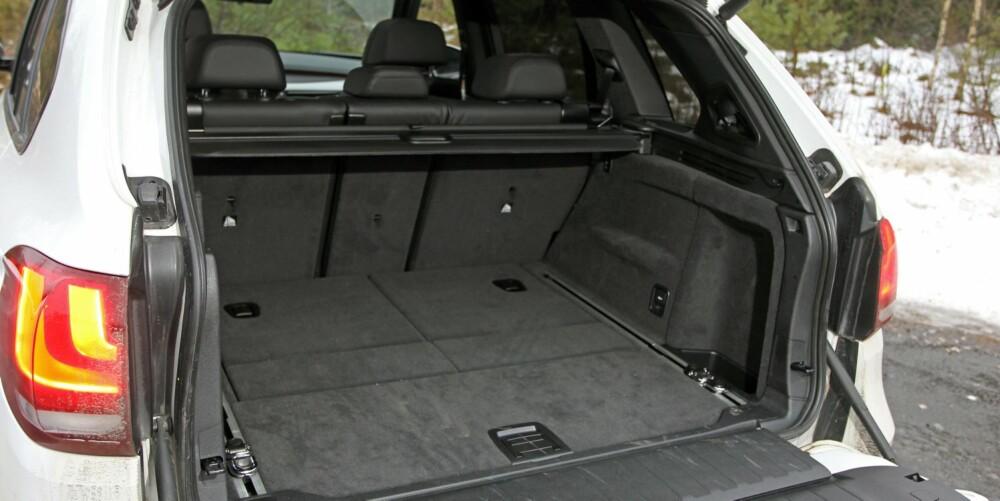 AMERIKANSK: BMW X5 er bygd i USA. Der liker de bakluke med lem som slås ut nederst. Vi ser ingen spesielle fordeler med det, snarere en ulempe: Det kan bli langt inn til bagasjen. FOTO: Petter Handeland