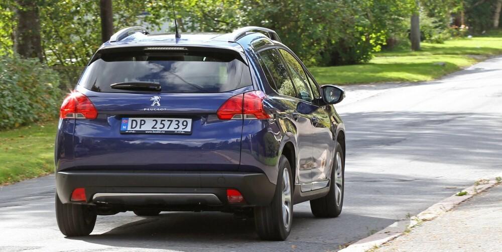 LETTKJØRT: Peugeot 2008 er en lettkjørt bil som tar seg smidig fram i byens trange gater. Fjæringskomforten er god.