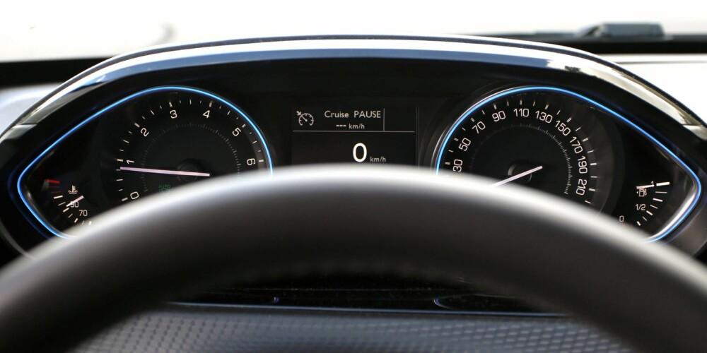 I VEIEN: Selv høye folk vil oppleve at rattet skygger for speedometeret og turtelleren.