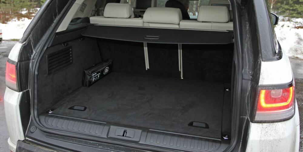 HELT NORMALT: Om ikke Range Rover Sport setter verdensrekord i dårlig plassutnyttelse, henger den godt med i teten. 489 liter bagasjeromsvolum er ikke mye når bilen er like svær som en liten hytte.